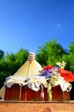 Tres tarros por completo de miel fresca deliciosa, de pedazo de cazo de la miel del panal y de flores salvajes en colmenar Imágenes de archivo libres de regalías