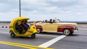 Tres taxis cubanos en el Malecon imagenes de archivo