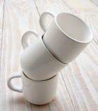 Tres tazas blancas apiladas Foto de archivo libre de regalías