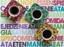 Tres tazas de café brillantes con café express caliente en una superficie colorida Imagen de archivo