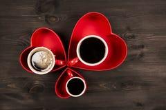 Tres tazas de café en el corazón rojo Foto de archivo libre de regalías