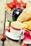 Tres tazas de coffe y de croissants Foto de archivo libre de regalías