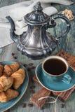 Tres tazas de coffe y de croissants Fotografía de archivo libre de regalías