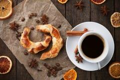 Tres tazas de coffe y de croissants Fotos de archivo libres de regalías