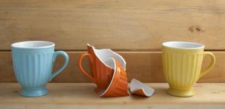 Tres tazas en estante de madera Imagenes de archivo