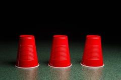 Tres tazas rojas - Shell Game Foto de archivo libre de regalías