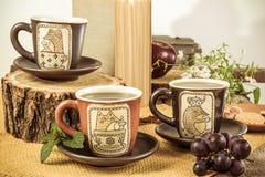 Tres tazas vacías retras para el té en la tabla de madera retra Imagen de archivo libre de regalías