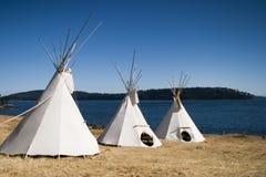Tres tiendas de los indios norteamericanos junto Imagen de archivo libre de regalías