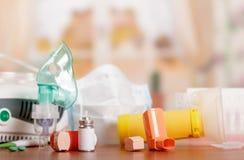 Tres tipos de inhaladores - enrede el nebulizador, un compresor y un pequeño portable en la tabla fotos de archivo