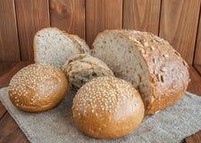 Tres tipos de pan en un fondo de madera Fotografía de archivo libre de regalías