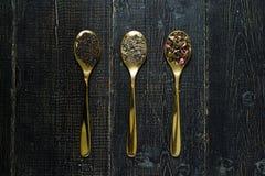 Tres tipos de té en las cucharas - verdes, el negro y Rooibos fotos de archivo libres de regalías