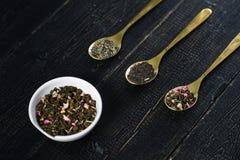 Tres tipos de té en las cucharas - verdes, el negro y Rooibos fotografía de archivo