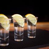 Tres tiros del tequila con el limón imagen de archivo