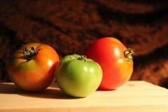 Tres tomates desplumados imagen de archivo