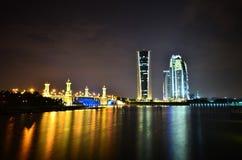 Tres torres un puente en la noche Fotos de archivo