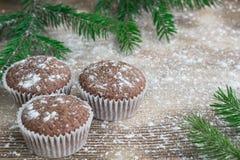 Tres tortas de la Navidad en el fondo de madera sitiado por la nieve del invierno, abeto Fotografía de archivo