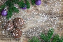 Tres tortas de la Navidad, fondo de madera sitiado por la nieve del invierno, purpl Fotos de archivo