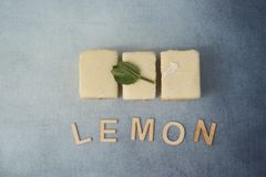 Tres tortas del limón con el limón de la palabra Imagenes de archivo