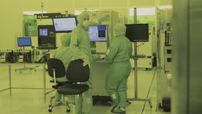Tres trabajadores en el laboratorio Área limpia narc Traje estéril Científico enmascarado almacen de video
