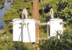 Tres transformadores hidráulicos en poste Foto de archivo