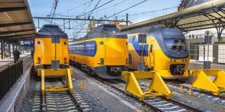 Tres trenes de cercanías interurbanos rápidos que esperan en una estación Fotografía de archivo
