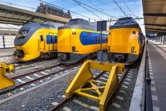 Tres trenes modernos que esperan en la estación Foto de archivo libre de regalías