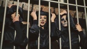 Tres vampiros femeninos que presentan y que ligan en los enrejados en 4K