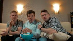 Tres varones jovenes que son asustados por una película en la televisión almacen de video