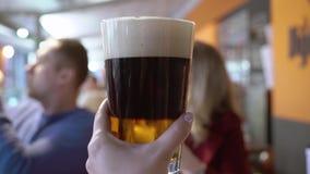 Tres vasos de cerveza que son aumentados almacen de video