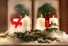 Tres velas de la ventana foto de archivo