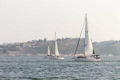 Tres veleros en el río imagenes de archivo