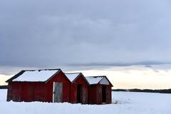 Tres vertientes de madera rojas del almacenamiento del grano imagen de archivo libre de regalías