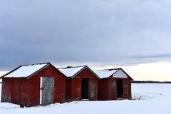 Tres vertientes de madera rojas del almacenamiento del grano imágenes de archivo libres de regalías