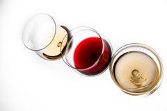 Tres vidrios con el vino blanco rojo y, la visión superior Imagen de archivo libre de regalías