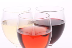 Tres vidrios con el vino del blanco, color de rosa y rojo Foto de archivo libre de regalías