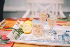Tres vidrios con las bebidas de la fruta c?trica en una bandeja Está después el limón y el romero cortados fotos de archivo libres de regalías