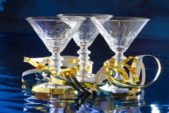 Tres vidrios de cóctel con la serpentina de oro Imagen de archivo libre de regalías