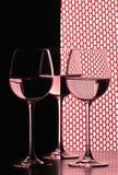 Tres vidrios de vino sobre red imagenes de archivo
