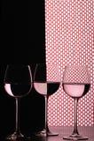 Tres vidrios de vino sobre red imagen de archivo libre de regalías