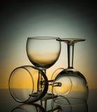 Tres vidrios vacíos en fondo coloreado Fotografía de archivo libre de regalías