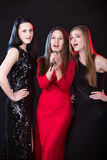 Tres vocalistas de sexo femenino hermosos Imagen de archivo libre de regalías