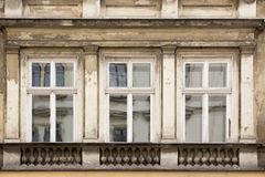 Tres Windows desigual en la fachada de la casa vieja Fotografía de archivo libre de regalías
