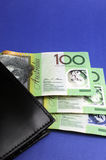 Trescientas notas con la cartera - vertical del dólar australiano. Imagen de archivo