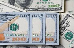 Trescientos dólares en una pila de dinero como fondo Fotos de archivo