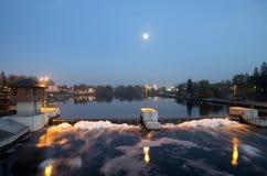 Treshold de rivière dans la ville d'Opole sur l'Odra photographie stock libre de droits