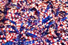 Tresse blanche et bleue rouge de bannière étoilée - foyer sélectif sur l'avant avec le bokeh brouillé - fond patriotique de fête Image libre de droits