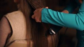 Tresse de filles d'armure dans le salon de coiffure banque de vidéos