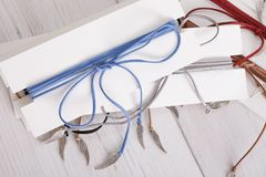 Tresse rouge et bleue sur l'espace blanc de copie de table Photographie stock