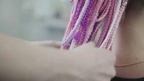 Tresses roses lumineux : un groupe de tresses africaines, processus du tissage banque de vidéos