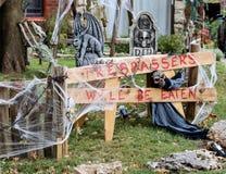 Tresspassers sarà mangiato firma dentro l'iarda decorata Halloween immagine stock
